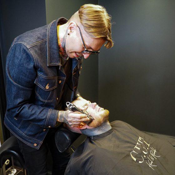 Juuksur ja koolitaja Renaldo Paabel kujundab C.U.T salongis kliendi habet
