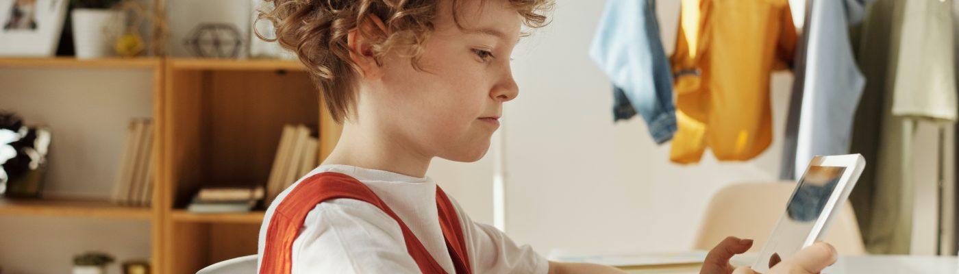 laps kasutamas tahvelarvutit